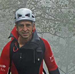 Rainer in canyonpak met mist op de achtergrond.