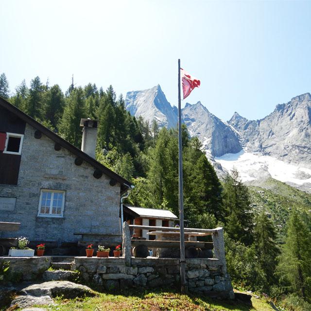 bergut met vlag en bergen op de achtergrond