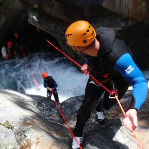 twee mensen abseilen bij canyoning